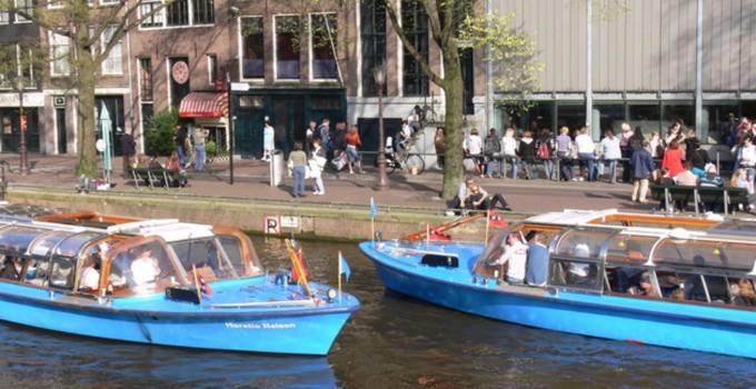 Tour Boats Speed Through The Canals Dutchamsterdam Com