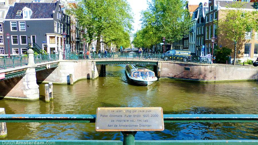 sign marks the spot along the canals that inspired the song Aan de Amsterdamse Grachten
